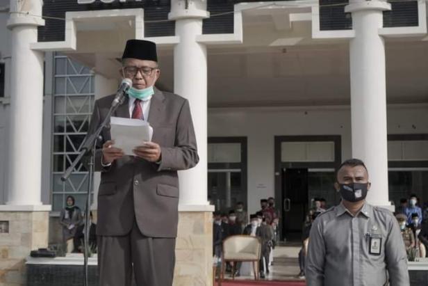 Pj. Sekda Solsel Fidel Effendi memimpin Upacara Peringatan hari jadi kabupaten Solok Selatan ke 17 tanggal 7 Januari 2020 di halaman kantor bupati Solok Selatan