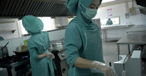 Ahli gizi di SPH tengah menyediakan makanan untuk pasien dan tenaga kesehatan