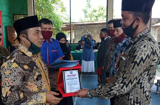 Pj Walinagari Kapa Edi Hartono saat memberikan cindera mata kepada Ketua Bamus periode 2014-2020, Samsiwan Rangkayo Mudo beserta anggota