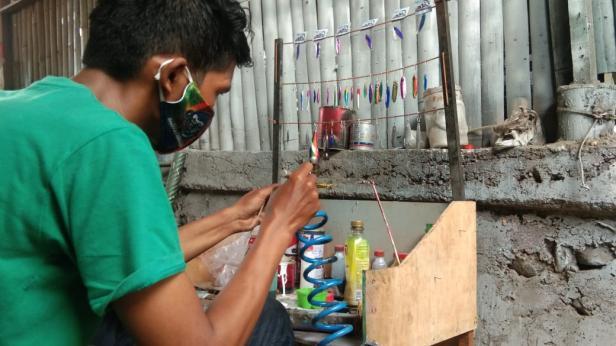 Muhammad Iqbal sedang memproduksi metal jig