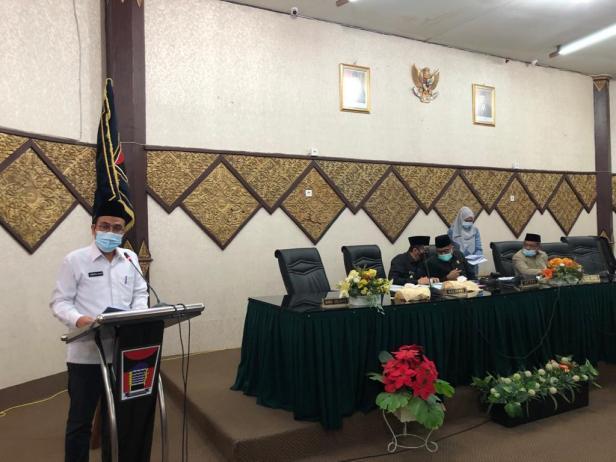 Sekretaris DPRD Kota Padang Hendrizal Azhar SH, MM membacakan kunjungan kerja Komisi-komisi DPRD Kota Padang Pada Masa Sidang I Tahun 2020 kepada Ketua DPRD Kota Padang