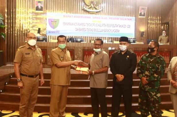Bupati Pessel, Rusma Yul Anwar serahkan dua nota Ranperda ke Pimpinan DPRD Pessel diwakili Wakil Ketua Aprial Abbas didampingi Ketua DPRD Ermizen