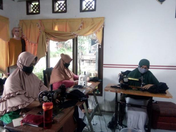 Ibu-ibu penjahit di Gang Melayu tengah menjahit masker untuk dijual keberbagai instansi.