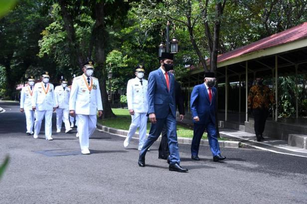 Presiden jalan bersama menuju Istana Negara jelang pelantikan Gubernur dan Wakil Gubernur Sumbar