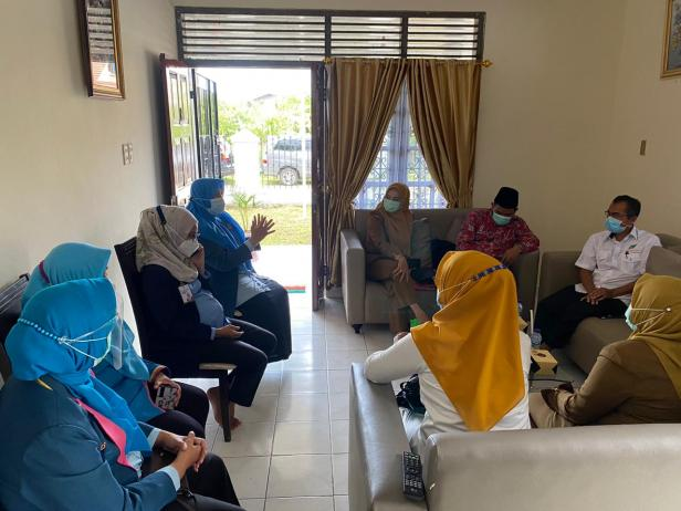 Foto bersama dengan pengurus Yayasan Semen Padang dan pihak Semen Padang Hospital saat peninjauan lapangan Rumah Singgah Yayasan Semen Padang oleh Dinsos Padang, Senin (1/2)