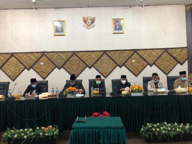 Dewan Perwakilan Rakyat Daerah (DPRD) Kota Padang melakukan rapat paripurna masa sidang I tahun 2021 dalam hal menyampaikan pendapat akhir fraksi-fraksi terhadap Laporan Keterangan Pertanggung Jawaban (LKPJ) tahun 2020, (Senin/12/4/2021).