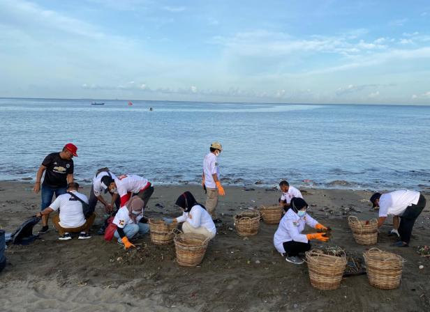 Gerindra Sumbar bersihkan Pantai Padang dari sampah