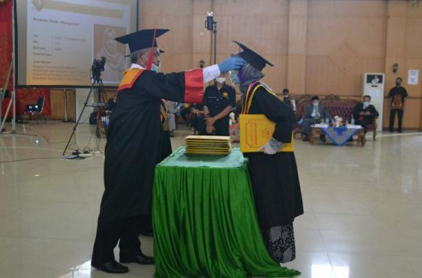 Rektor UMMY Solok, Prof. Syahro Ali Akbar memindahkan jambul wisudawati angkatan ke-55