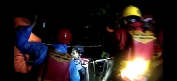 TRC Semen Padang bersama Basarnas mengevakuasi 7 orang korban yang terjebak di bendungan Tarantang.