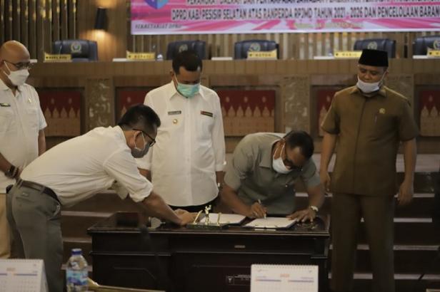 Pimpinan DPRD Pessel saat penandatanganan persetujuan bersama Ranperda SOTK Pemkab Pessel