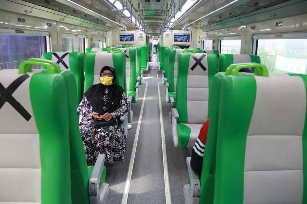 Penumpang di dalam kereta Api Minangkabau Ekspress