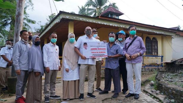 Andre Rosiade serahkan bantuan kepada masyarakat Dharmasraya