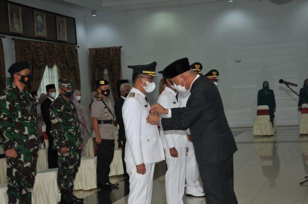 Gubernur Sumatera barat Mahyeldi Ansharullah memasang tanda pangkat dan jabatan Bupati Solok Selatan terpilih Khairunas