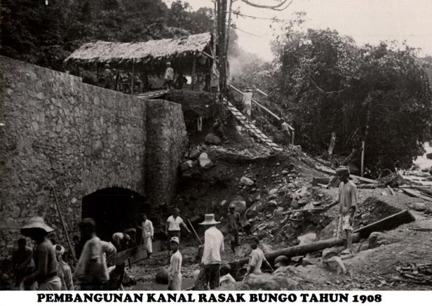 Foto PLTA Rasak Bungo saat dibangun Belanda pada 1908 (dokumen Humas PT Semen Padang)