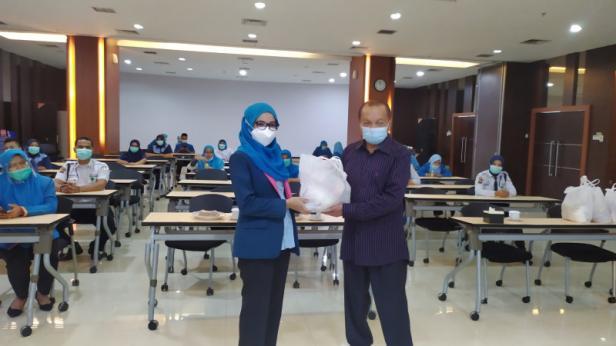 Penyerahan bantuan sembako dari Anggota DPR RI Komisi IX Suir Syam yang diterima oleh Direktur SPH dr Selfi Farisha, Selasa (3/11)