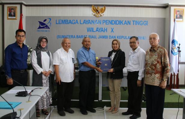 Diana Kartika jadi Profesor Bahasa Jepang pertama se-Sumatera, menerima dokumen dari Ketua LLDikti Wil X Pro. Herry dan foto bersama dengan unsur pimpinan lembaga itu