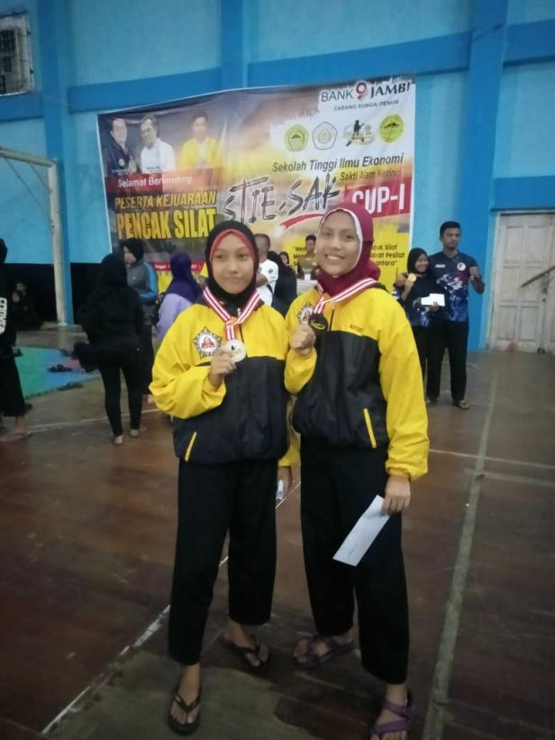 Dua pwsilat Paguyuban Perisai Diri 1955 yabg meraih medali pada kejuaraan silat STIE Sakti Alam CUP I.