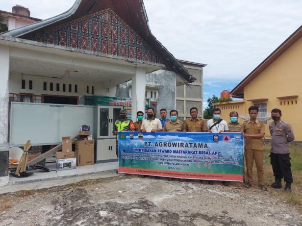 PT Agrowiratama yang tergabung pada Musim Mas Group kembali menyerahkan bantuan yang masuk dalam program Corporate Social Responsibility (CSR) kepada masyarakat Nagari Persiapan Sikilang, Kecamatan Sungai Aur, Pasaman Barat.