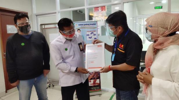 Pemberian sertifikat oleh IMA Chapter Padang pada Direktur PNP