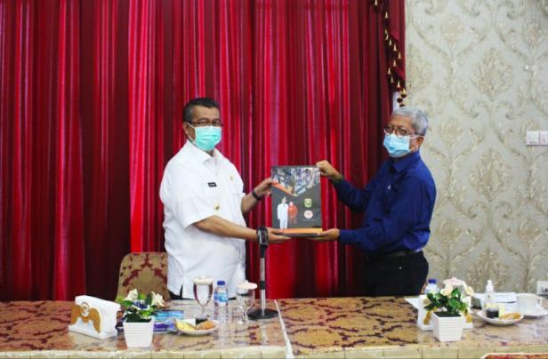 Bupati Solok, H. Gusmal menyerahkan cinderamata kepada kepala dinas pariwisata Sumbar, Novrizal, SE.