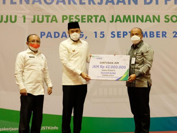 Wali Kota, H. Fadly Amran, BBA Datuak Paduko Malano menerima piagam penghargaan dari BPJS Ketenagakerjaan.