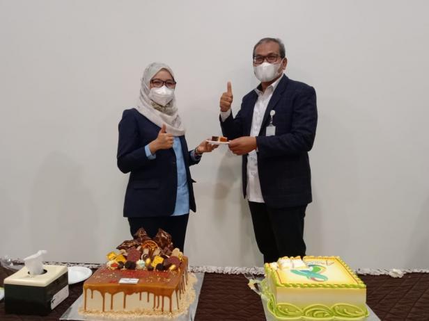 Direktur Utama SPH dr Selfi Farisha (kiri) dan Ketua Yayasan Semen Padang Iskandar Z Lubis (kanan) usai pemotongan kue dalam rangka peringatan HUT SPH ke-8 tahun