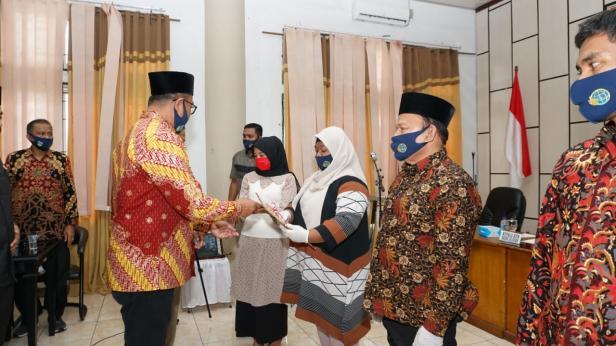 Plt. Bupati Solsel Abdul menyerahkan sertifikat secara simbolis kepada masyarakat disaksikan secara online oleh Menteri ATR/BPN Sofyan A Djalil