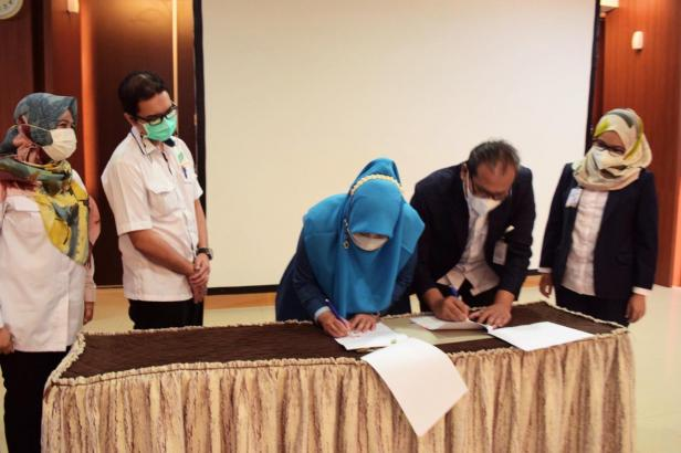 Penandatanganan berkas dokumen  pelantikan Direktur Operasional SPH yang dilakukan Ketua Yayasan Semen Padang Iskandar Z. Lubis (tengah bagian kanan) kepada dr Adisty Taufik (tengah bagian kiri)