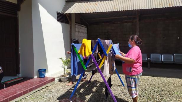 Keluarga pasien yang menginap di Rumah Singgah Yayasan Semen Padang tengah menjemur pakaian