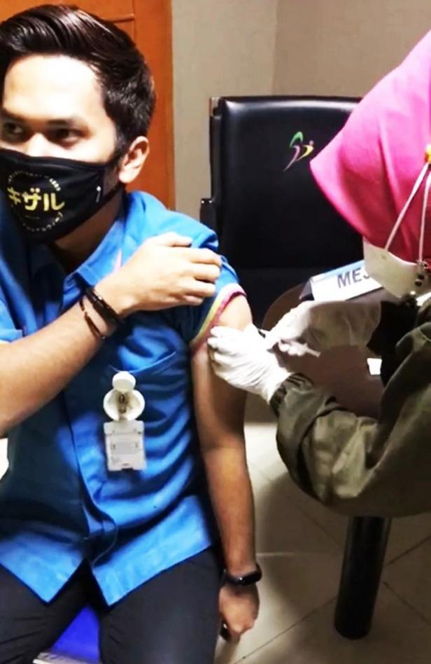 Salah seorang tenaga medis SPH menerima vaksin Moderna