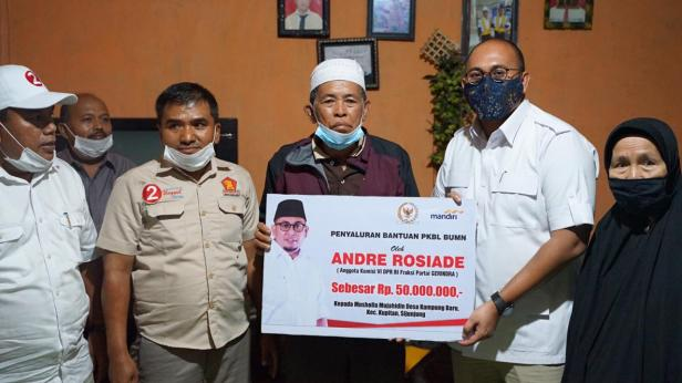 Andre Rosiade menyerahkan bantuan PKBL secara simbolis kepada pengirus Musala Mujahidin, Desa Kampung Baru, Kecamatan Kupitan, Sijunjung.