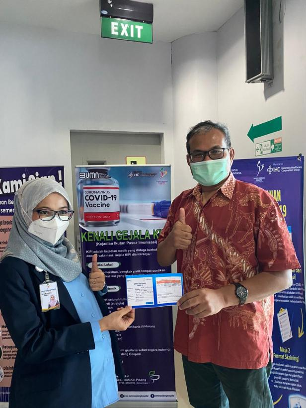 Ketua Yayasan Semen Padang, Iskandar Z Lubir menerima kartu vaksinasi COVID-19 dari Direktur SPH, dr Selfi Farisha