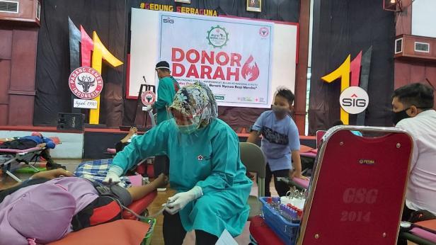 Petugas transfusi darah PMI Kota Padang tengah mengambil darah dari pendonor pada saat donor darah yang digelar PT Semen Padang dalam rangka memperingati Bulan K3 Nasional dan Bulan Mutu Semen Padang yang digelar di Gedung Serba Guna Semen Padang.
