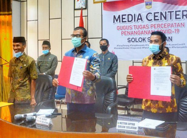 Plt Bupati Solsel Abdul Rahman dan Ketua DPRD Solsel Zigo Rolanda Memperlihatkan Berita Acara LHP didampingi Sekda Yulian Efi