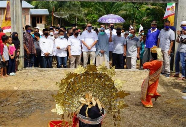 Andre Rosiade bersama rombongan disambut dengan tari pasambahan okeh masyarakat Lunang, Pessel.