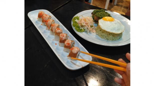 Salah satu menu makanan khas jepang yakni onigiri telah terhidang di atas meja makan