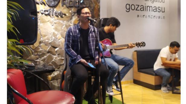 Penampilan Live music di Sushi Rock n Roll