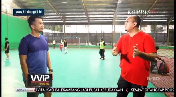 Anggota DPR RI Andre Rosiade dan host VVIP Kompas TV Timothy Marbun berbincang di lapangan futsal.