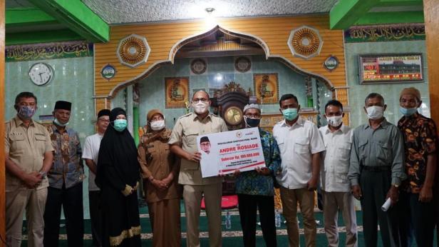Andre Rosiade serahkan bantuan kepada pengurus masjid di Kabupaten Solok
