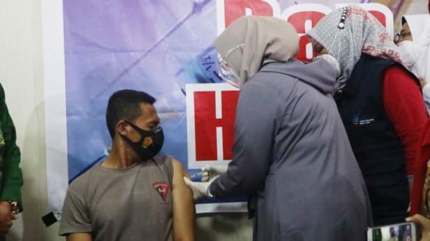 Kapolres Solok Selatan AKBP Tedy Purnanto berhasil menjadi orang pertama yang divaksin Covid-19 di Solok Selatan