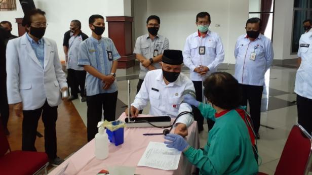 Walikota Padang Mahyeldi Ansharullah sedang melakukan cek tensi darah sebelum mendonorkan darahnya di kegiatan donor darah yang digelar Semen Padang.