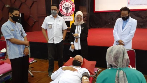 Walikota Padang Mahyeldi Ansharullah tengah mensonorkan darahnya di kegiatan dobor darah yang digelar Semen Padang.