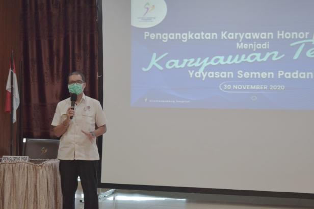Sekretaris Yayasan Semen Padang Eko Bagus Priyuantoro dalam kegiatan pengangkatan karyawan honorer menjadi karyawan tetap, Senin, 30 November 2020