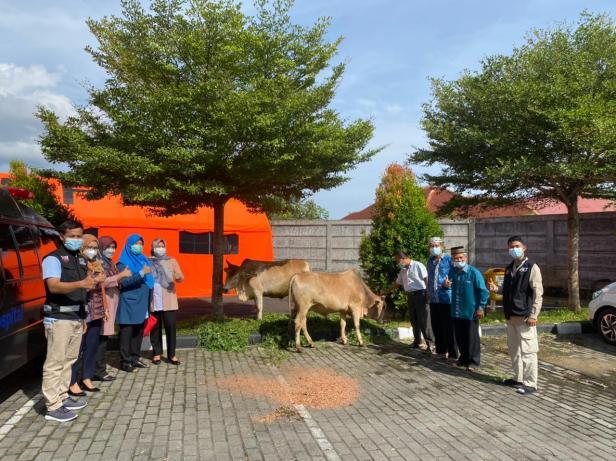 Foto bersama usai penyerahan sapi kurban dari Yayasan Semen Padang dan SPH dalam rangka peringatan Idul Adha 1442 Hijriah