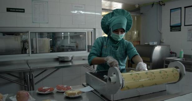 Ahli gizi SPH tengah menyediakan makanan untuk pasien dan tenaga kesehatan