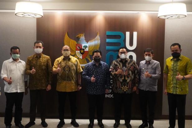 Menteri BUMN Erick Thohir dan Andre Rosiade foto bersama dengan lima kepala daerah di Sumbar.