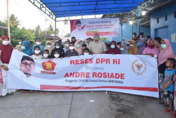 Andre Rosiade foto bersama dengan nelayan Pasie Nan Tigo.