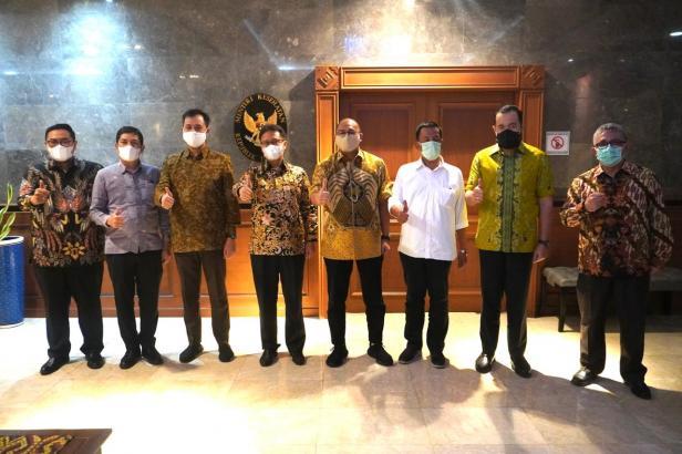 Lima kepala daerahbl di Sumbar foto bersama dengan Andre Rosiade dan Menkes Budi Gunadi