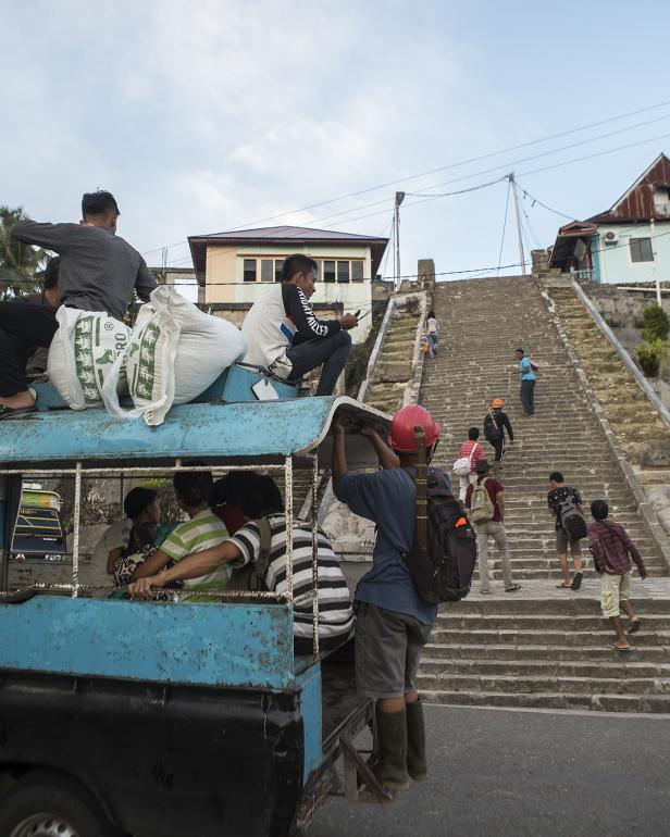 Hampir setiap sudut jalan dan bangunan di Bawomataluo telah dilengkapi penerangan di malam hari