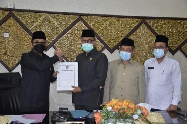 penyerahan laporan hasil reses masa sidang DPRD Kota Padang tahun 2020